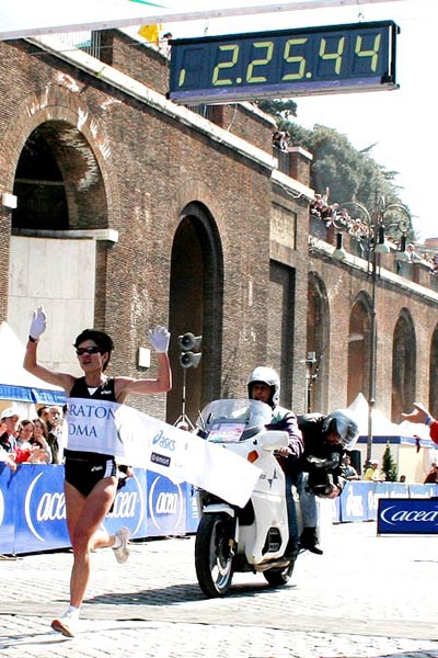 Egyéni csúccsal győzött a férfi és a női győztes is a vasárnap megrendezett  Róma Maratonon. 4ffd9adc3c