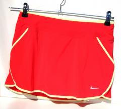 015d2e6e456e Több színben kaphatóak a Nike Dri-Fit futószoknyák. Használd ki a jó időt és  érezd jól magad a távon végig és varázsold el a többi futót is  megjelenéseddel!